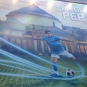 Maradona spopola in città con la pubblicità per la fibra ottica