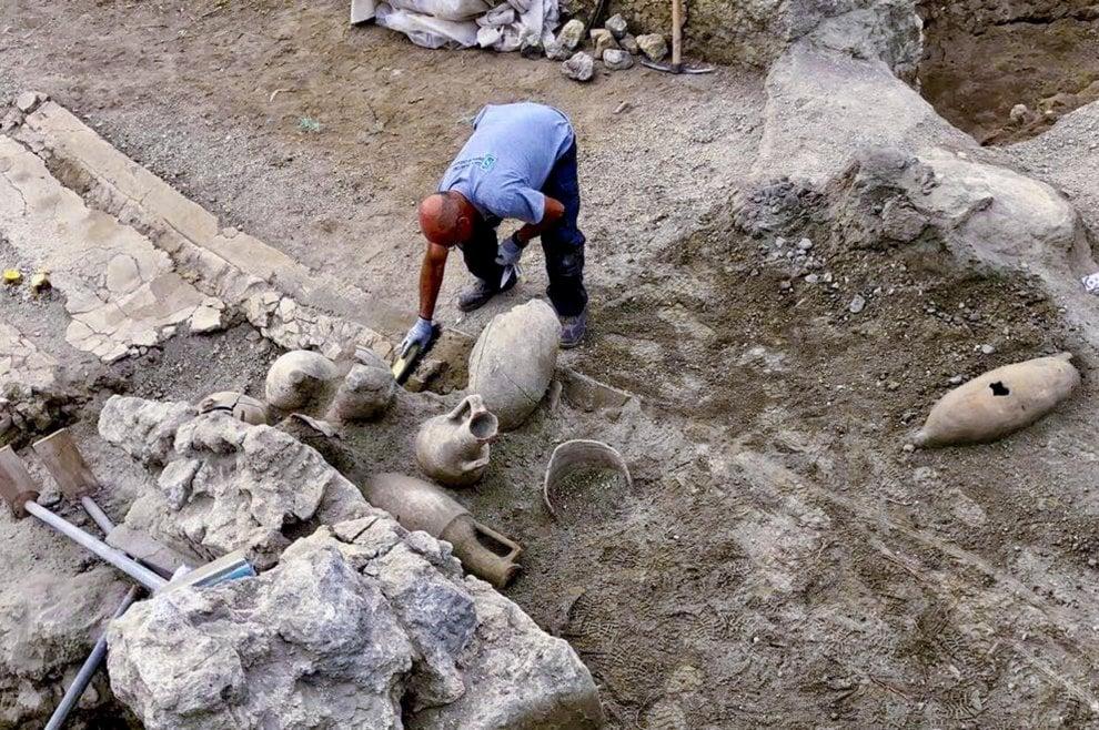 Pompei, ecco il vicolo dei balconi in corso di scavo