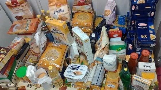 """Potenza, lo """"scaffale solidale"""" per donare le eccedenze alimentari a chi ne ha bisogno"""