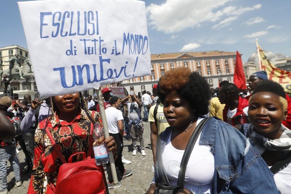 """Corteo di migranti a Napoli: """"Sbloccate i permessi di ..."""