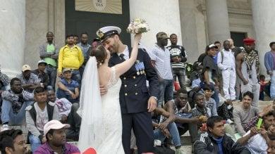 Napoli città di accoglienza: il Sì di Marina e Giuseppe mentre i migranti pregano in piazza Plebiscito