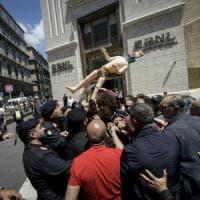 Napoli, Centri sociali contro Lega e Cinque stelle . Il leader campano di Noi per...