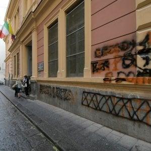 Napoli, scritte spray su muri della scuola De Amicis, gravi offese a una maestra