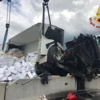 Incidente sull'A16 Napoli-Canosa: tir si ribalta e perde il carico, le cassette di pesce invadono la carreggiata
