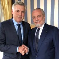 Il Napoli ufficializza Carlo Ancelotti: ecco la foto con De Laurentiis
