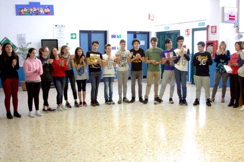 """Capri assegna le patenti dei """"bravi pedoni"""": studenti a lezione di sicurezza stradale"""