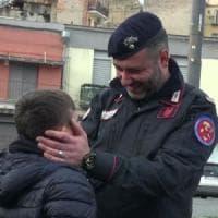 Napoli, partita di calcio in piazza Mercato tra carabinieri e ragazzi