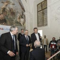 Napoli, De Luca e de Magistris si stringono la mano ma è gelo
