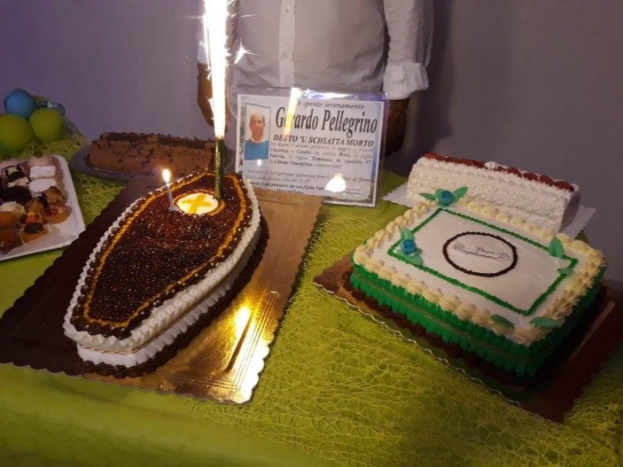Festa a sorpresa per il titolare di un'agenzia funebre, tra ironia e torta a forma di bara