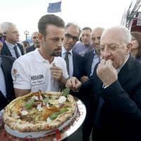 Inaugurazione del Pizza Village sul lungomare: de Magistris inforna la pizza, De Luca l'assaggia