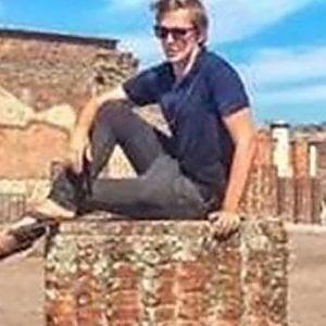 Pompei,  sdegno sui social per il turista seduto sulla colonna
