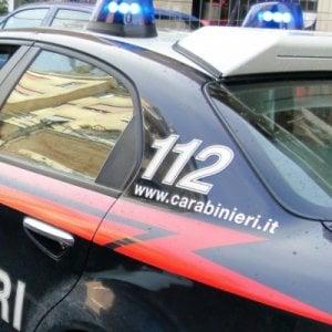 Benevento, ubriaco molesta passanti e colpisce carabinieri con una bottiglia