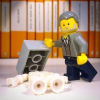 Lo scheletro del fuggiasco di Pompei immortalato in una scena con mattoncini Lego