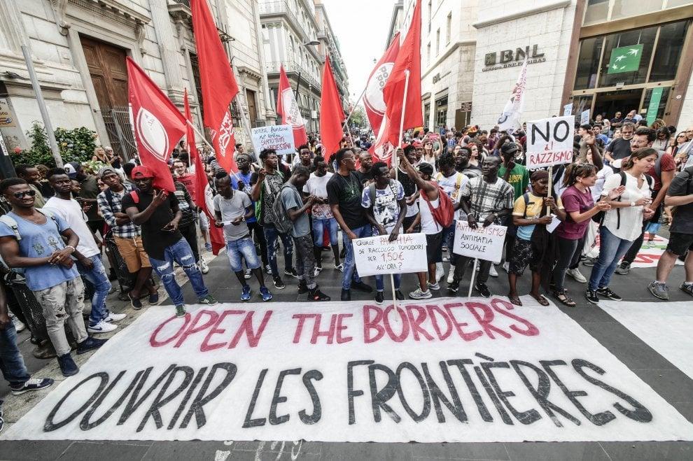 """Migranti, mille persone in corteo al molo Beverello: """"Aprite i porti all'Aquarius"""""""