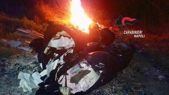 Terzigno: roghi di rifiuti a ridosso del parco nazionale del Vesuvio. Carabinieri arrestano 2 uomini