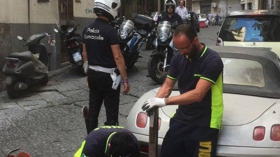 Napoli, via i paletti abusivi dal suolo pubblico