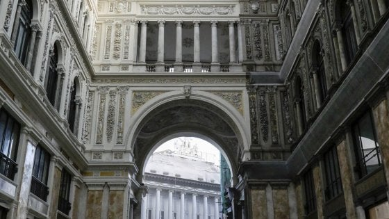 Napoli, la Galleria Umberto ora è a due colori