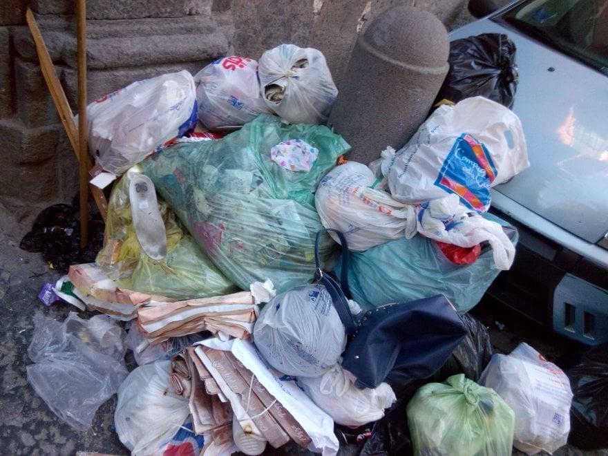 Napoli, rifiuti accanto a Palazzo Sannicandro: protestano i residenti
