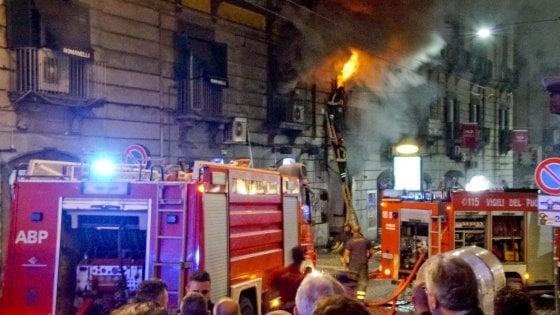 Napoli, terrore in via Toledo: violenta esplosione, distrutto un bar