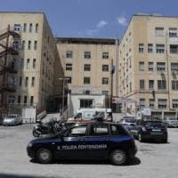 Napoli, detenuto tenta fuga da ospedale, un agente si ferisce per fermarlo