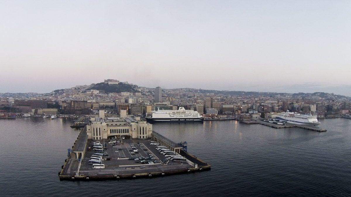 Incidente mortale al porto di Napoli. Un'auto precipita dal ponte