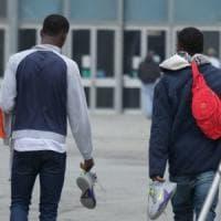 Spari contro due ragazzi del Mali al grido 'Salvini, Salvini'. Un ferito