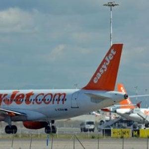 Perdono l'aereo per Napoli e corrono in pista per raggiungerlo: multati