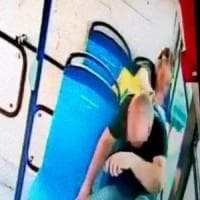 Napoli, accoltella uomo su un bus: consigliere Verdi diffonde video