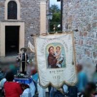Non ci sono più portatori di statue, alle processioni i santi vanno in carrello