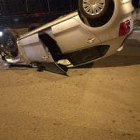 Castellammare, auto si ribalta nel rione Annunziatella. Conducente miracolosamente illeso