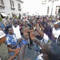 Napoli, sit in per il migrante ferito con fucile a pallini