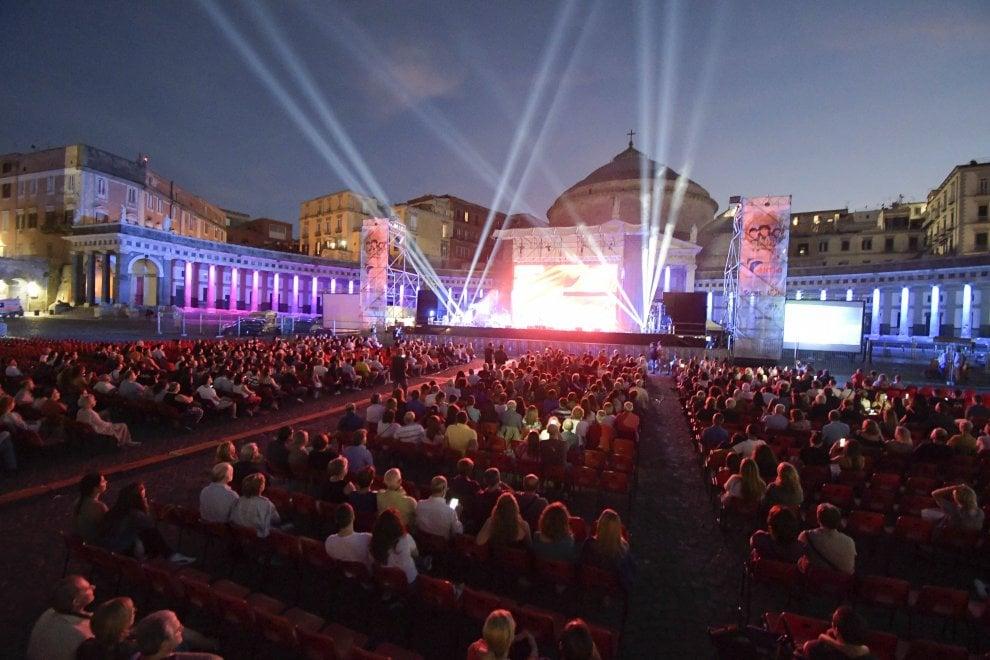 """Napoli, omaggia Troisi e i 40 anni de """"La Smorfia"""" in piazza del Plebiscito"""