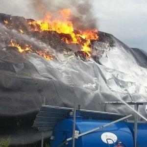 Napoli, maxi-incendio di rifiuti a San Vitaliano, rischio diossina: scatta l'inchiesta