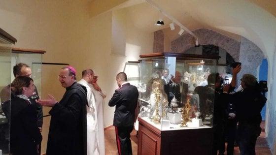 I reperti ritrovati dai carabinieri esposti nell'abbazia di Montevergine