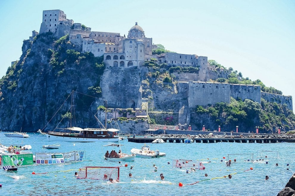 Beach waterpolo vista castello, a Ischia la pallanuoto è da cartolina