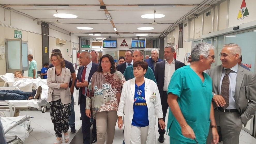 Tour degli ospedali napoletani per il ministro della Sanità Grillo