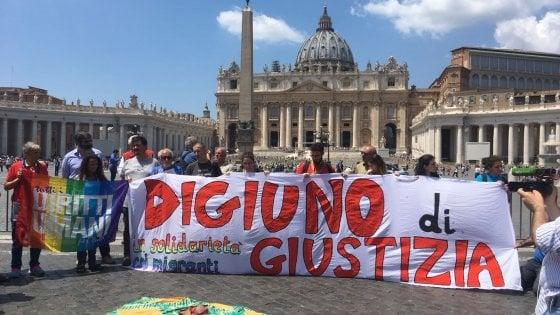 Solidarietà, padre Zanotelli digiuna per i migranti davanti al Parlamento