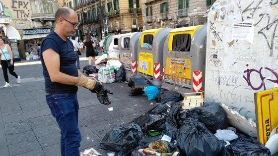 Il manager Asìa fruga tra i rifiuti per multare i trasgressori