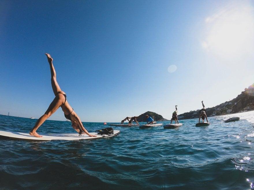 Ischia, tutti pazzi per lo yoga sulla tavola da surf