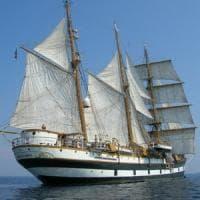 La nave Palinuro si inchina al promontorio omonimo