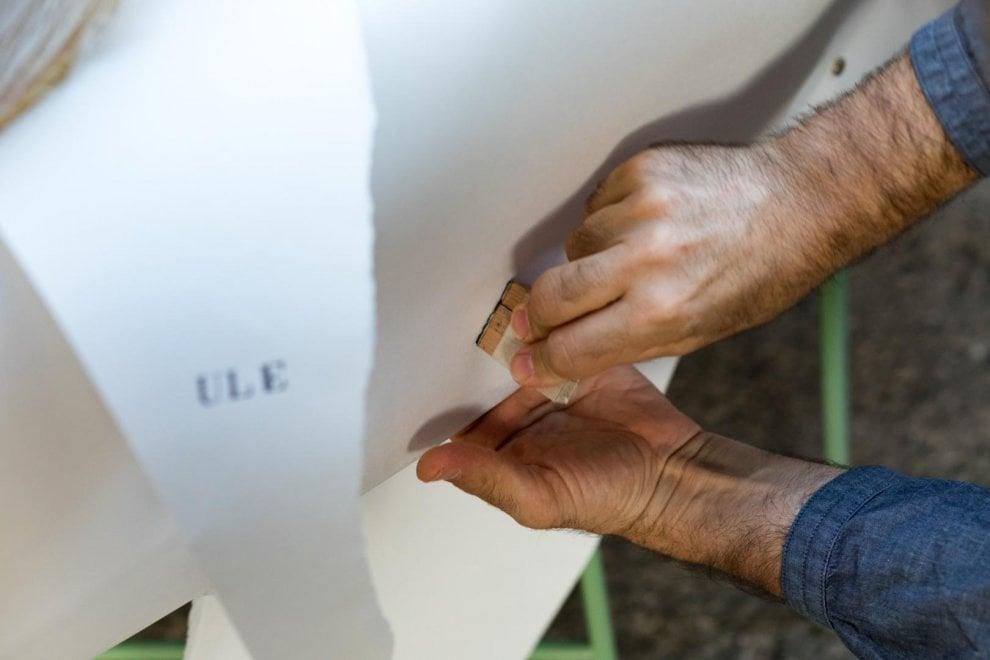 Carta, acqua e inchiostro: così Papuli scolpisce l'Ischia vulcanica