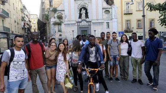 Napoli, la passeggiata senza barriere di studenti e migranti