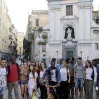 Napoli, migranti e studenti a passeggio per la città