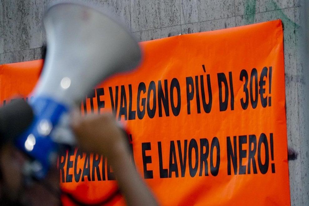 """Precari Napoli: """"Non valiamo 30 euro"""". Sit-in  davanti Direzione territoriale lavoro"""