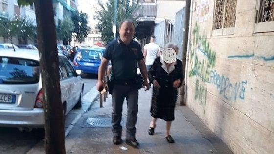 """Napoli, soffre di solitudine e chiama la polizia: """"Ester era sola, che gioia aiutarla"""""""