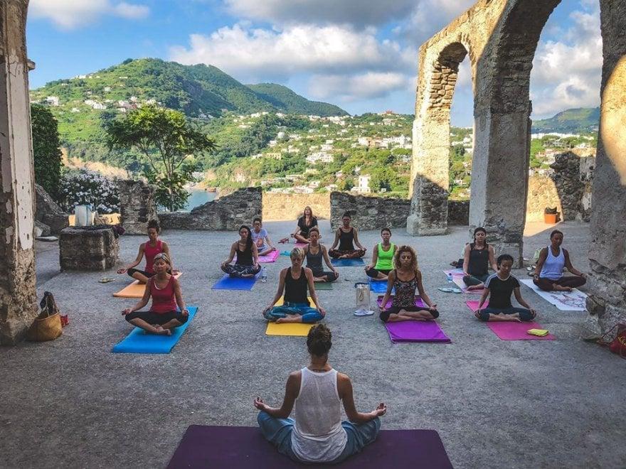 Ischia, yoga al Castello aragonese: allieve anche da Singapore e dalla Corea del Sud