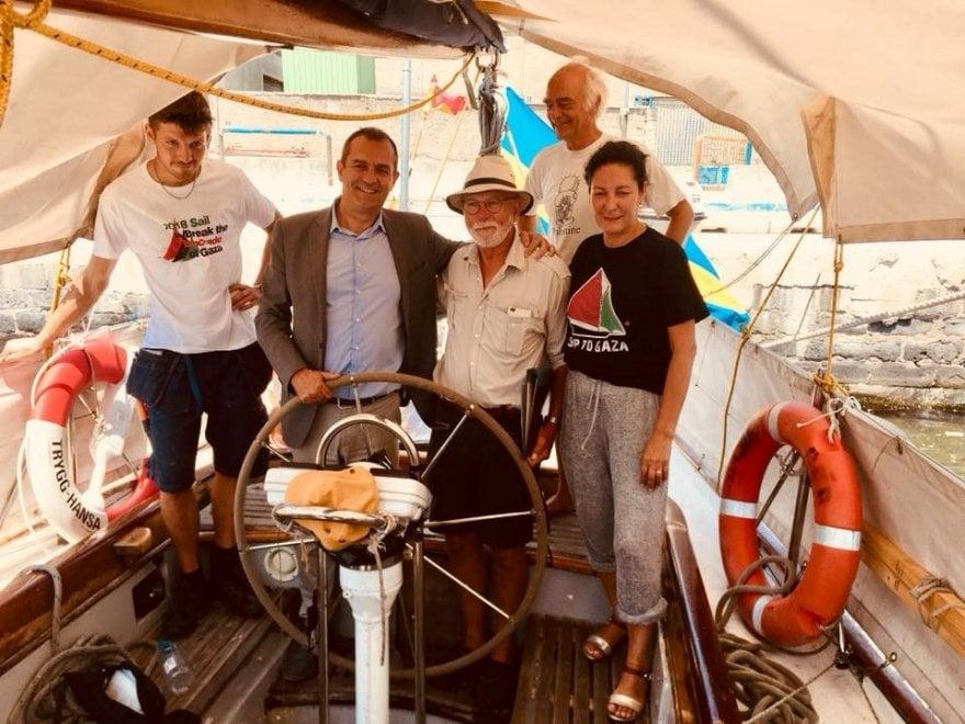 Napoli, de Magistris a bordo della nave Freedom Flottilla
