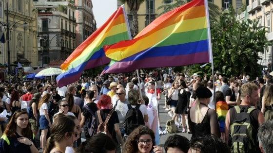 Napoli, migliaia di persone sfilano al gay pride