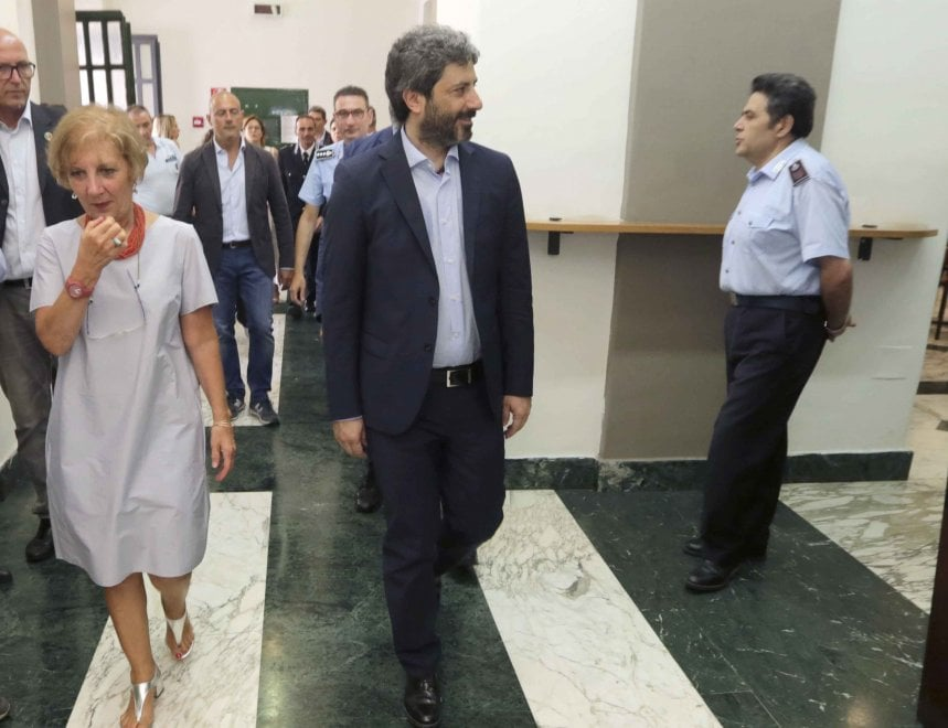 """Il presidente della Camera Roberto Fico in visita al carcere di Poggioreale: """"Rispettare la dignità ..."""