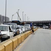 Le strade del traffico impazzito dove i vigili alzano bandiera bianca